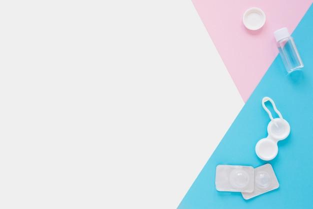 Productos para el cuidado de los ojos en colores de fondo con espacio de copia