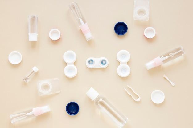 Productos para el cuidado de los ojos sobre fondo beige