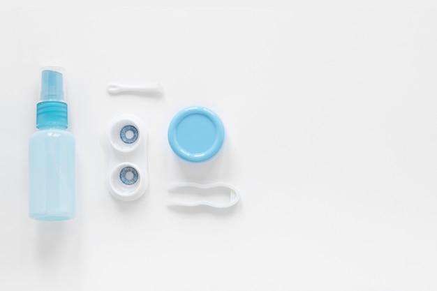 Productos para el cuidado de los ojos sobre fondo blanco con espacio de copia