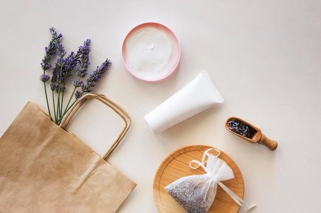 Productos para el cuidado de la piel y bolsa de papel para compras.