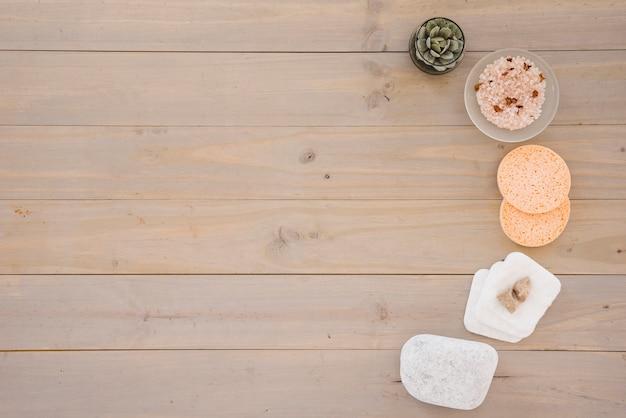 Productos para el cuidado de la piel colocados en media hilera