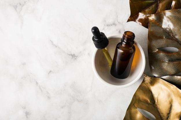 Productos para el cuidado de la piel en un tazón con espacio de copia