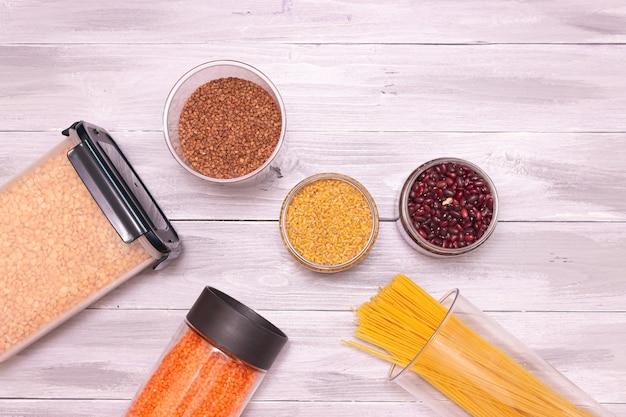 Productos para el desayuno conservados en frascos de plástico con cierre hermético cereales pasta