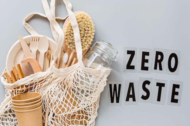 Productos ecológicos en bolsa de hilo sobre papel gris