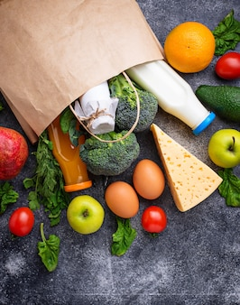 Productos ecológicos frescos en bolsa de papel.