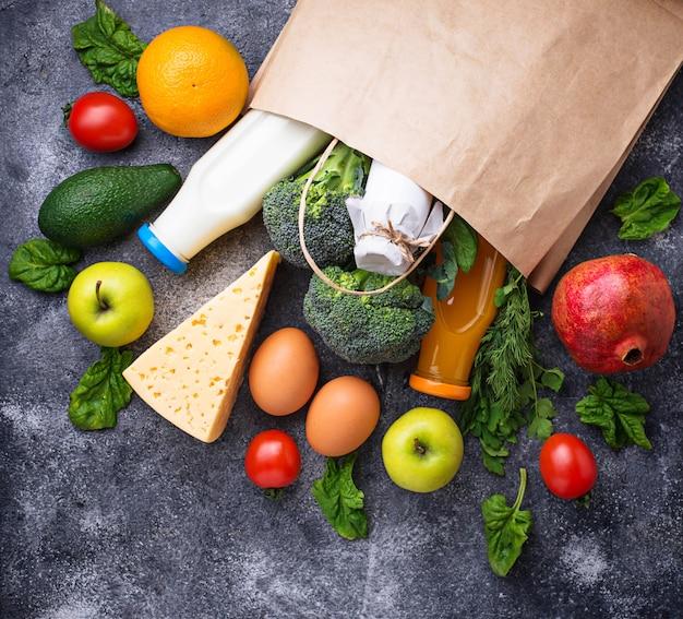Productos ecológicos saludables con bolsa de papel.