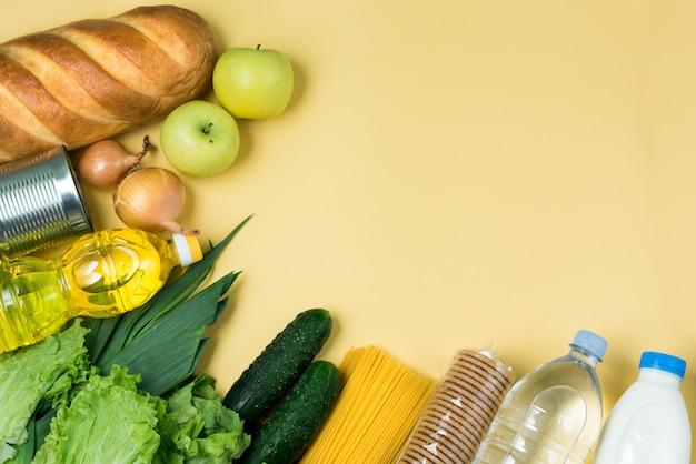 Productos esenciales en superficie amarilla