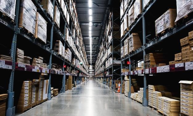 Productos en estanterías de almacenamiento.