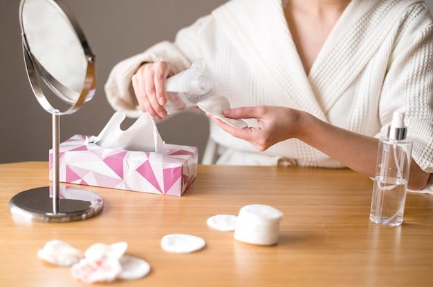 Productos faciales de limpieza en primer plano