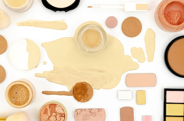 Productos femeninos sobre fondo blanco.