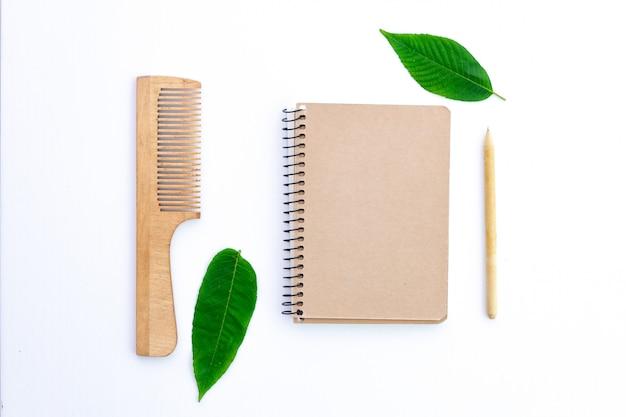 Productos hechos de papel reciclado. concepto ecológico, cuidado ecológico. protección del medio ambiente, conservación de la naturaleza y rechazo de productos plásticos.