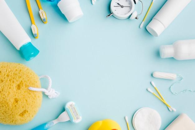 Productos de higiene personal que rodean el espacio de copia