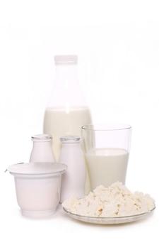 Productos lácteos aislados sobre fondo blanco.