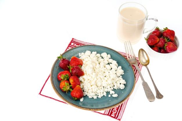 Productos lácteos y fresas frescas