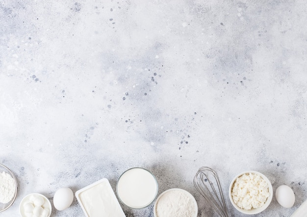 Productos lácteos frescos en mesa blanca