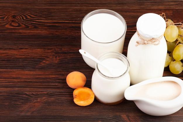 Productos lácteos con fruta fresca.