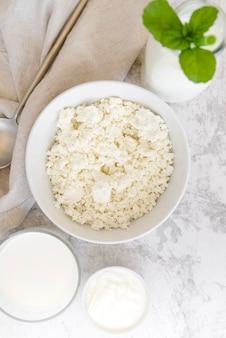 Productos lácteos y hojas de menta