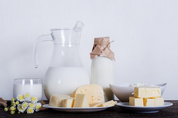 Productos lácteos. leche, queso, mantequilla y cuajada en la mesa vieja