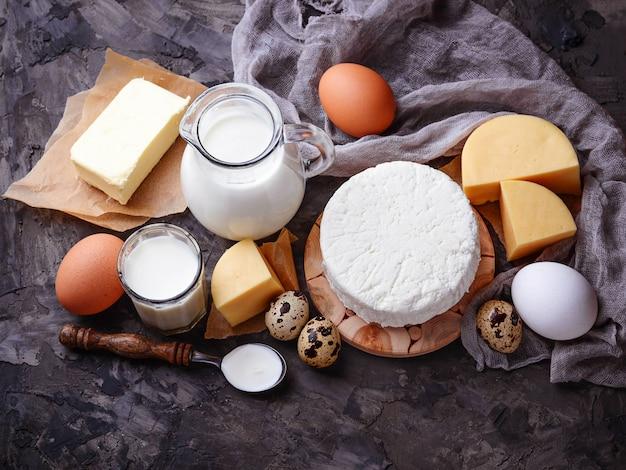 Productos lácteos. leche, requesón, crema agria, mantequilla, huevos. enfoque selectivo