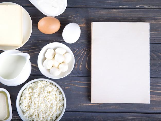 Productos lácteos en la mesa de madera. leche, queso, huevo, requesón y mantequilla.