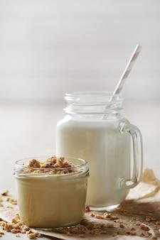 Productos lácteos en mesa de madera