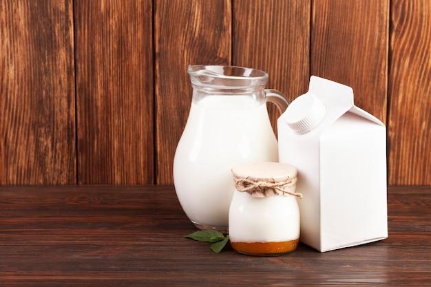 Productos lácteos en mesa de madera.