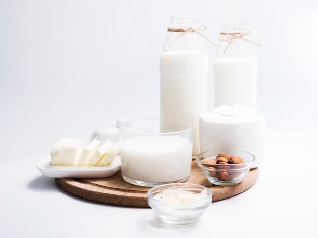 Productos lácteos sobre una bandeja