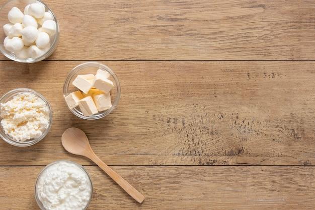 Productos lácteos sobre fondo de madera