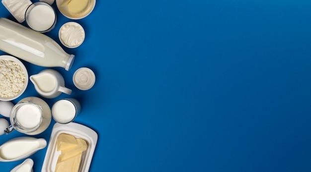 Productos lácteos en superficie de madera azul