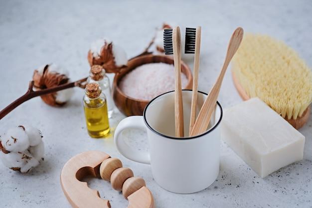 Productos libres de plástico y cepillo de dientes de bambú.