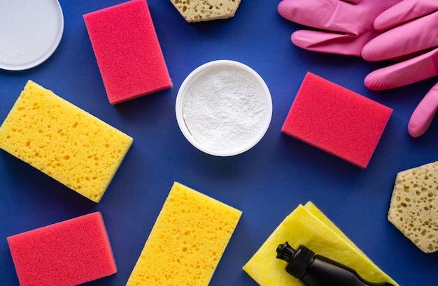Productos de limpieza y artículos sobre un fondo azul.