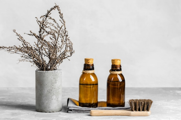 Productos de limpieza ecológicos con cepillo en la mesa