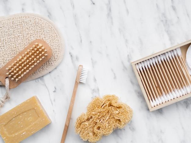 Productos de limpieza planos sobre mesa de mármol