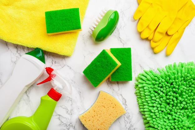 Productos de limpieza productos químicos domésticos spray cepillo esponja guante