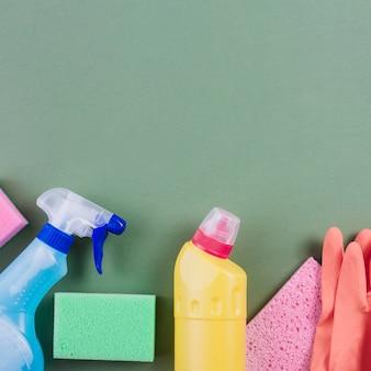 Productos de limpieza en superficie verde