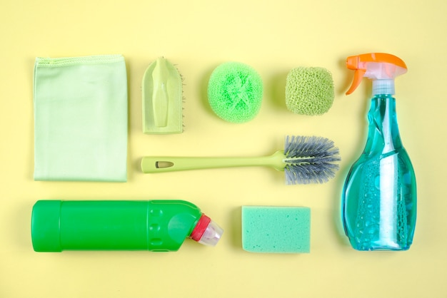 Productos de limpieza surtidos sobre fondo amarillo