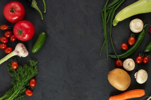 Productos maduros coloreados con vitaminas ricas en ensalada de verduras en el piso oscuro