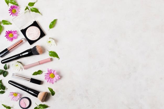 Productos de maquillaje agrupados y pinceles.