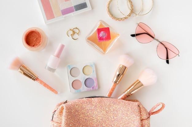Productos de maquillaje con bolsa