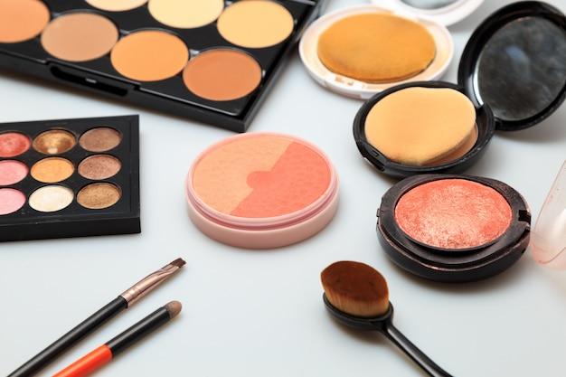 Productos de maquillaje fondo blanco.