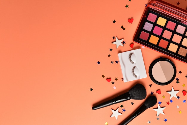 Productos de maquillaje de moda profesional con productos cosméticos de belleza, sombras de ojos, pestañas, pinceles y herramientas.