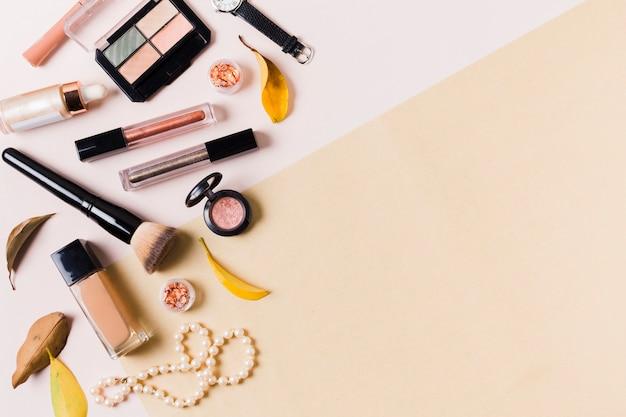 Productos de maquillaje en superficie clara.