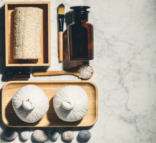 Productos naturales para el cuidado de la piel en plano. accesorios de baño y spa ecológicos sin desperdicios