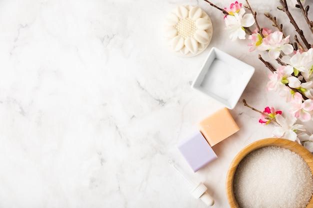 Productos organicos para el cuidado del cuerpo en la mesa