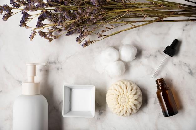Productos organicos para el cuidado de la piel en la mesa