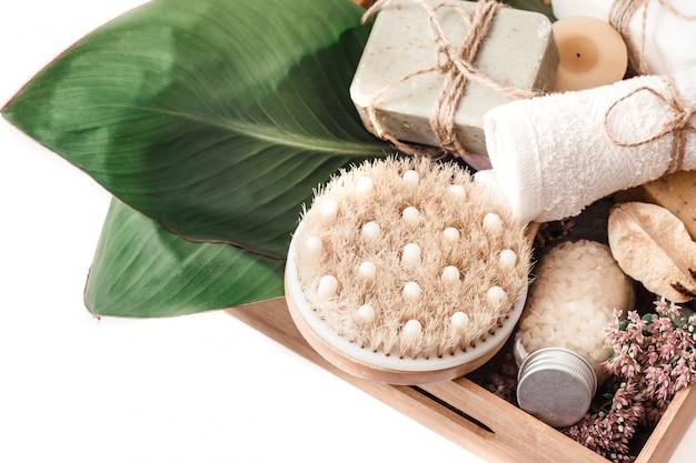 Productos orgánicos de spa en una caja de madera