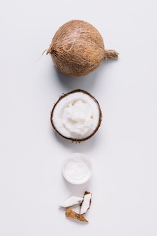 Productos organizados de coco en una fila vista superior