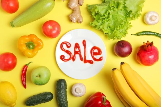 Productos y la palabra venta sobre un fondo de color con lugar para el texto