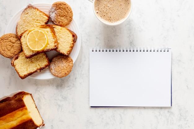 Productos de pastelería cerca de un cuaderno