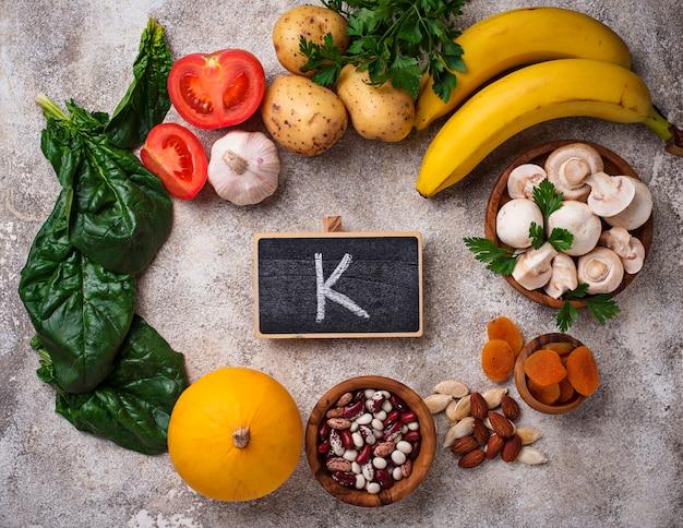 Productos que contengan potasio. concepto de comida sana